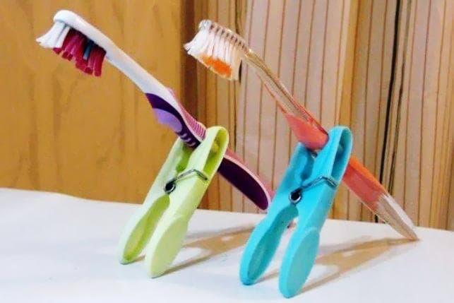 Прищепки вместо держателей для зубных щеток
