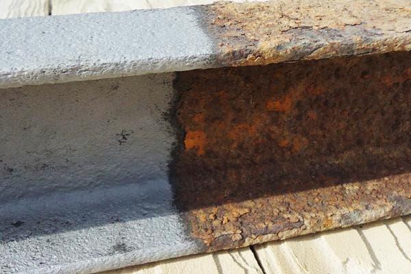 Удаление ржавчины с металлической балки - до и после