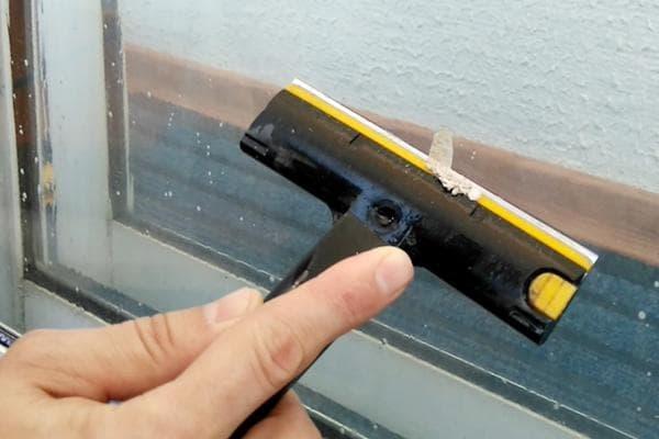Удаление следов цемента с оконного стекла