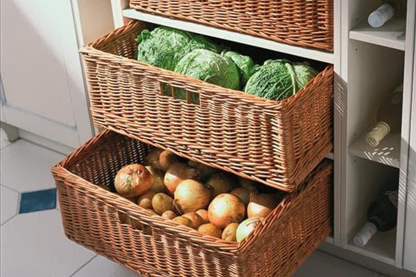 Овощи в плетеных ящиках