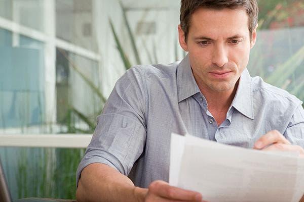 Мужчина с квитанцией за коммунальные услуги