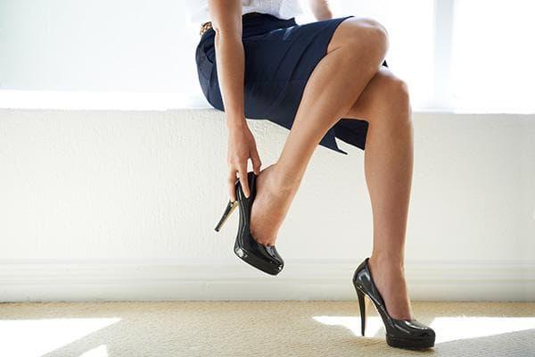 Скрипит каблук в туфлях