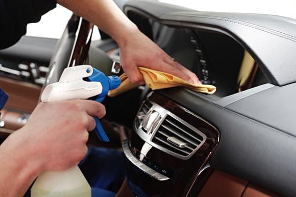 Обработка пластика в салоне авто средством против оседания пыли