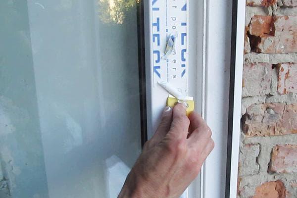 Снятие защитной пленки с окна