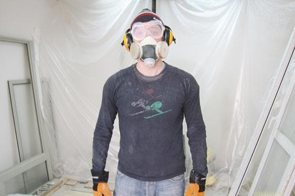 Мужчина в респираторе во время ремонтных работ