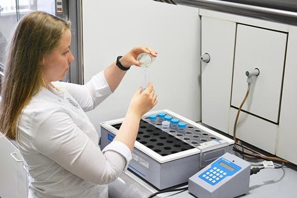 Лаборантка исследует уксус