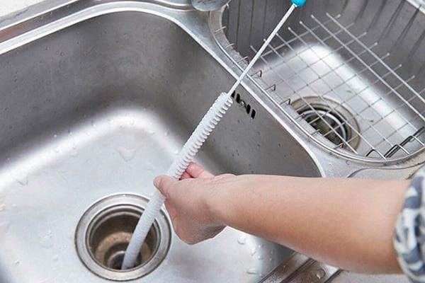 Использование сантехнического троса для прочистки раковины