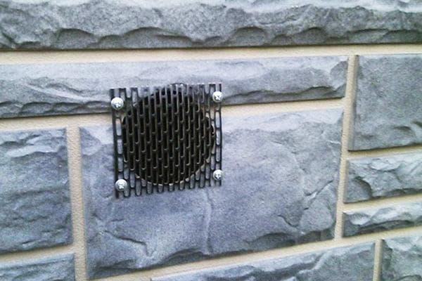 Вентиляционное отверстие в цоколе гаража