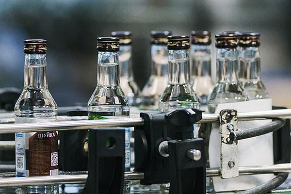 Бутылки с водкой на конвейере