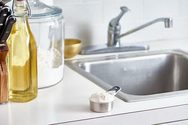 Мука в мерной ложке на кухне