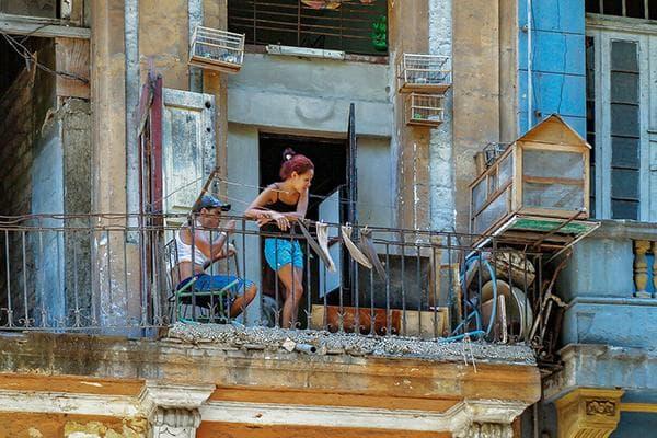 Девушка на захламленном балконе