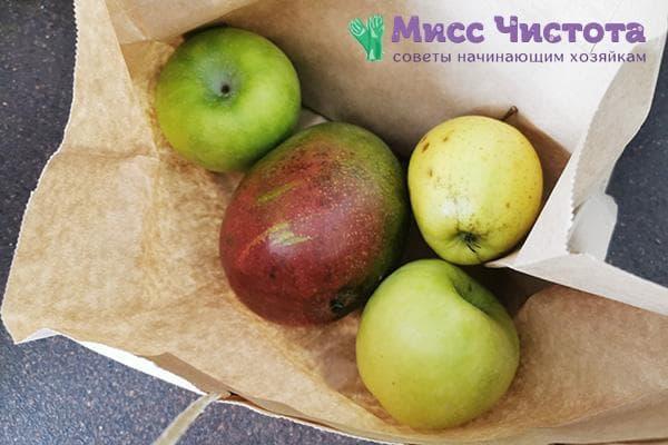 Манго в бумажном пакете с яблоками