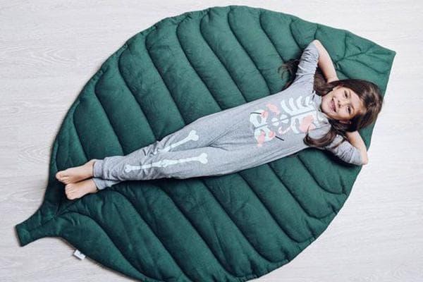Девочка на коврике-листочке