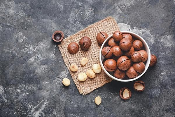 Орехи макадамия с насечками на скорлупе