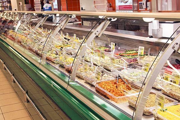 Салаты в отделе кулинарии в гипермаркете