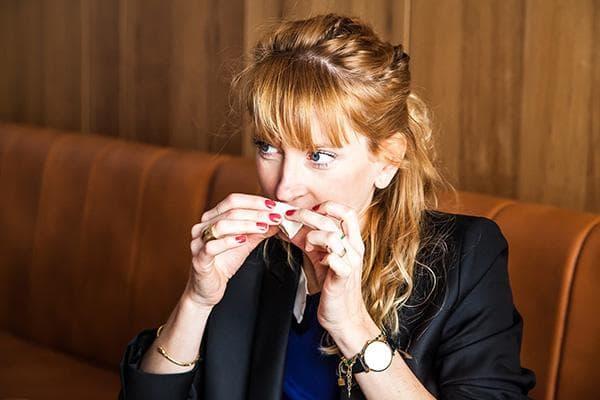 Девушка ест кусочек сыра