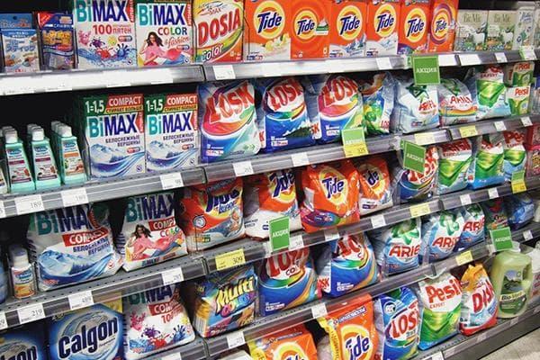 Ассортимент стиральных порошков в магазине