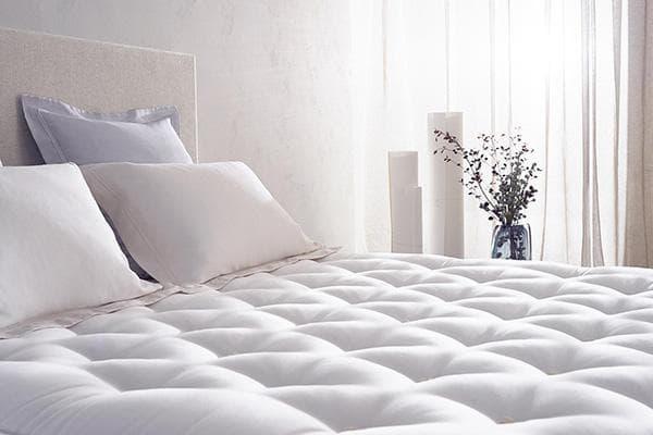 Чистый матрас на кровати
