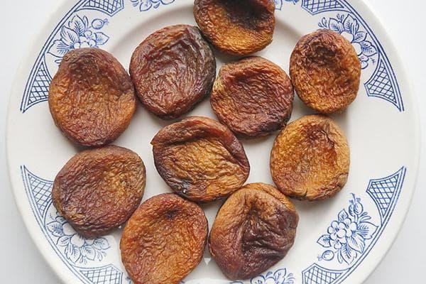 Сушеные абрикосы на тарелке