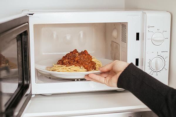 Разогрев спагетти в микроволновке