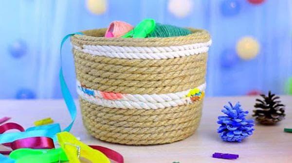 Пластиковое ведерко, декорированное джутовой веревкой