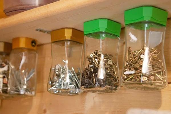 Стеллаж со стеклянными банками для хранения мелочей