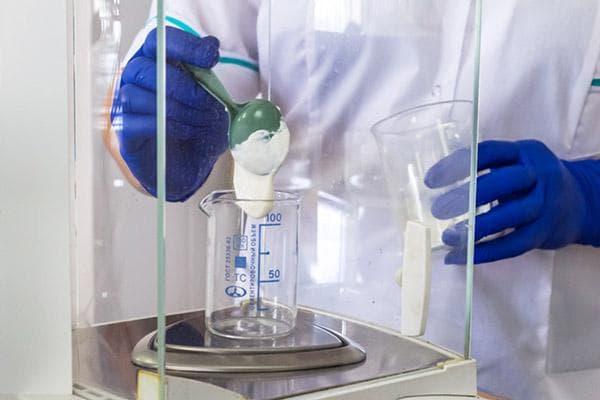 Проверка качества сметаны в лаборатории