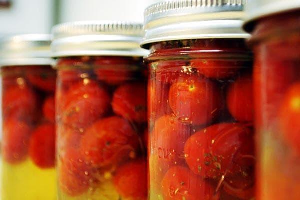 Консервированные помидоры в банках