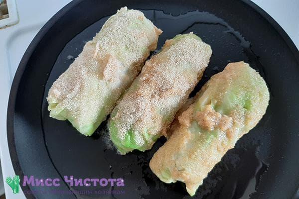 Сосиски в капустных листах и панировке на сковороде