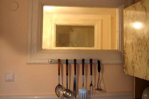 Окно между ванной и кухней
