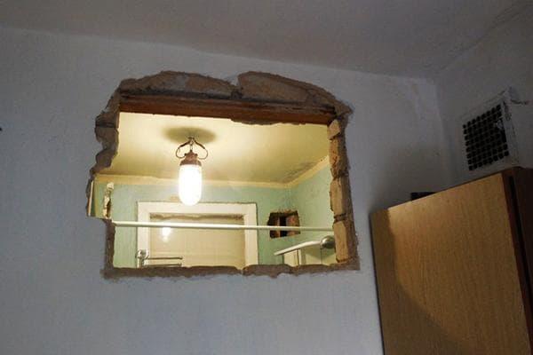 Демонтаж окна между кухней и ванной