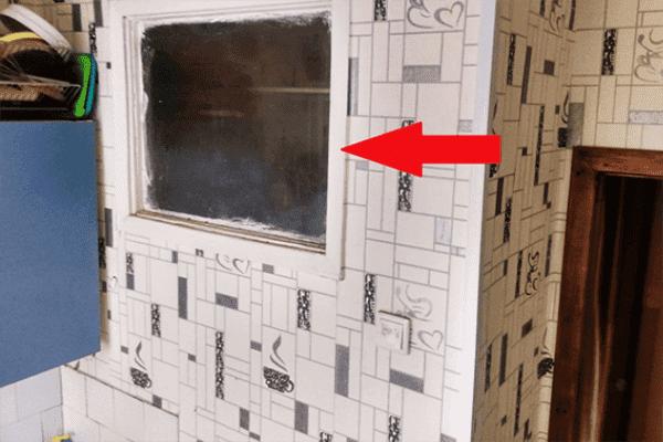 Окно между кухней и санузлом