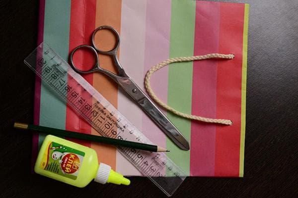 Подарочный пакет, ножницы, линейка, карандаш и клей