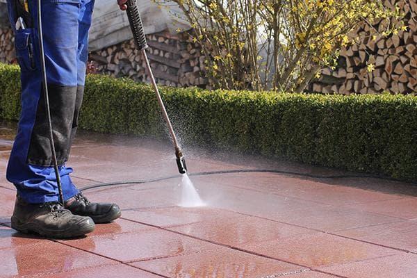 Мытье тротуарной плитки из шланга