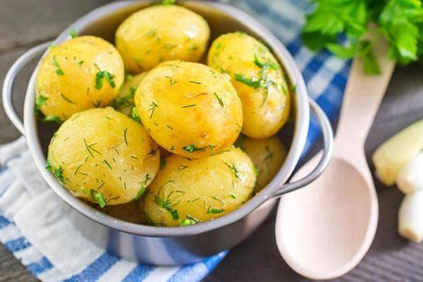 Вареный картофель с зеленью