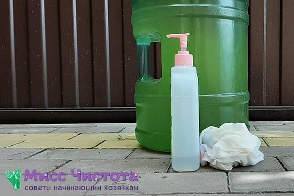 Моющее средство и тряпка для чистки 19-литровой бутыли от зелени изнутри