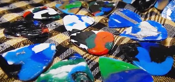 Медиаторы из расплавленных пластиковых крышек