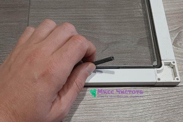 Уплотнительная резинка на противомоскитной сетке