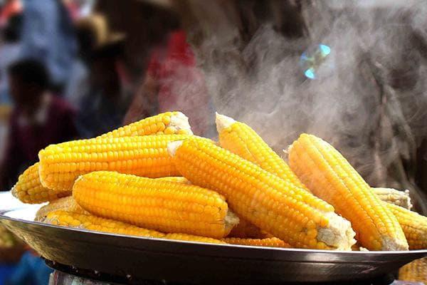Горячая вареная кукуруза