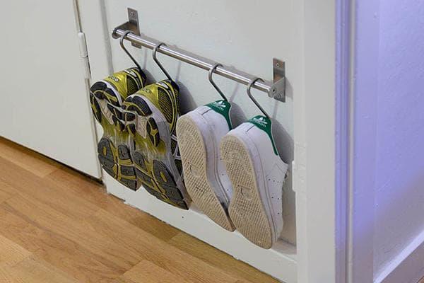 Хранение обуви в прихожей на крючках