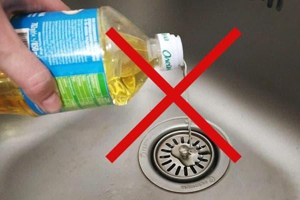 Нельзя лить масло в канализацию