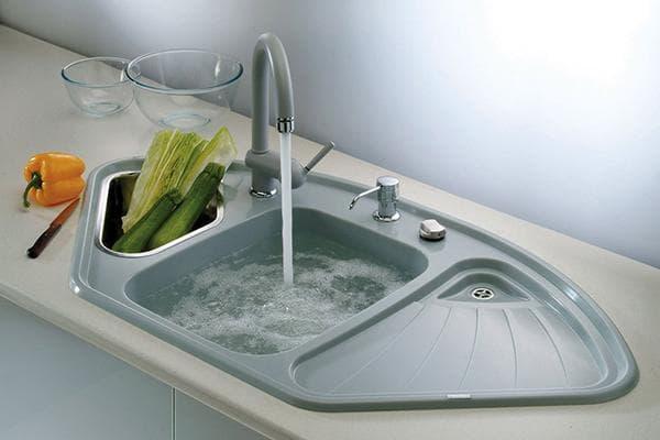 Горячая вода в раковине на кухне