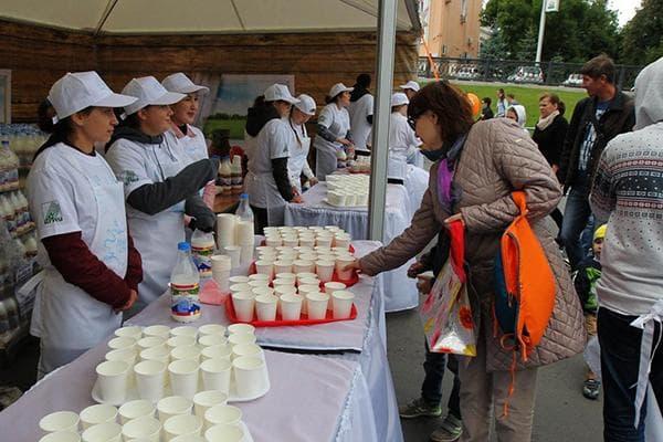 Дегустация молочных продуктов на рынке