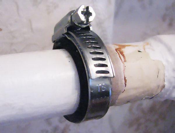 Червячный хомут на трубе отопления