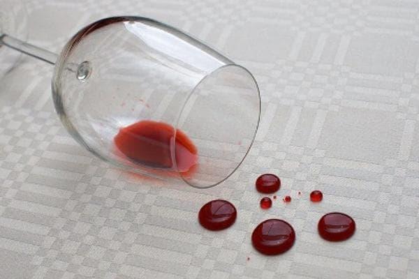 Вино, разлитое на скатерть