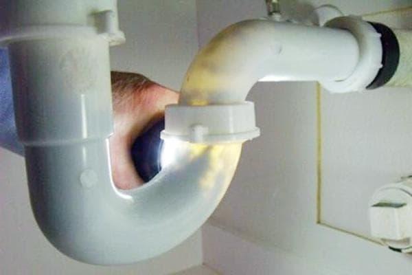 Проверка трубы под раковиной на просвет