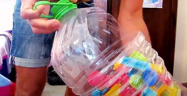 Хранение деталей детского конструктора в 5-литровой баклажке