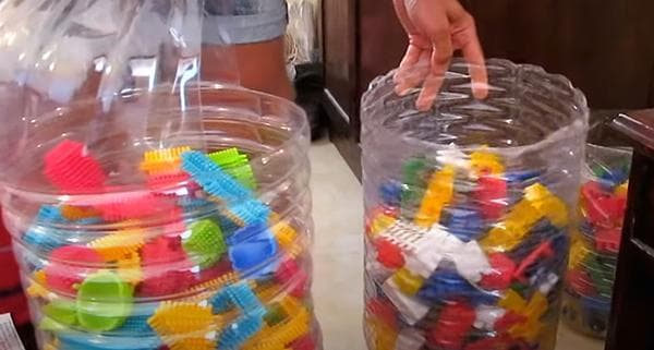 Емкости для детского конструктора, сделанные из пластиковых баклажек