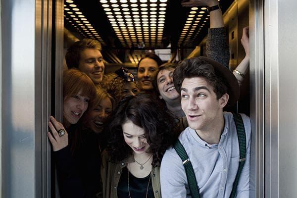Много людей в лифте