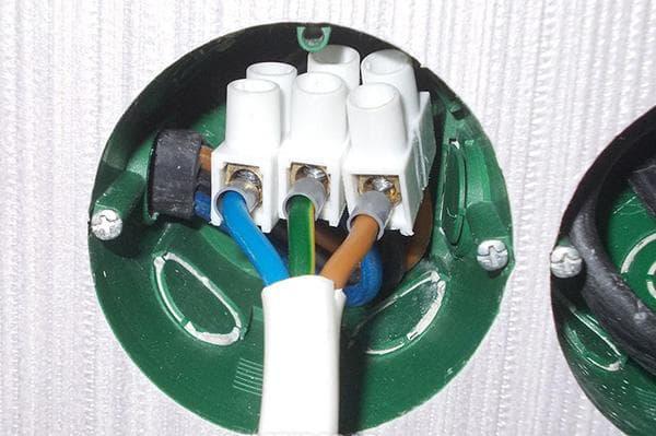 Провода, соединенные клеммником